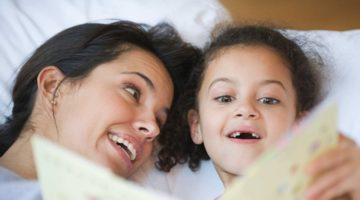 잠자리에서 아이에게 읽어주는 동화책의 중요성