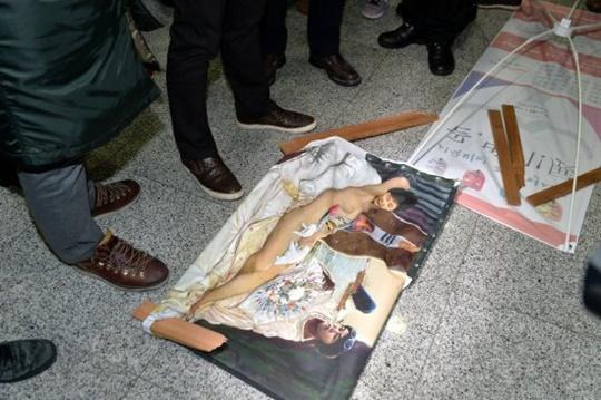 보수단체에 의해 뜯겨나간 〈더러운 잠〉. 출처: 뉴시스