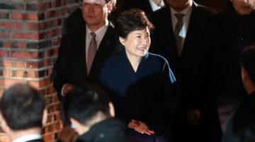 박근혜 웃음 뒤의 편집증, 38년 전보다 심해졌다