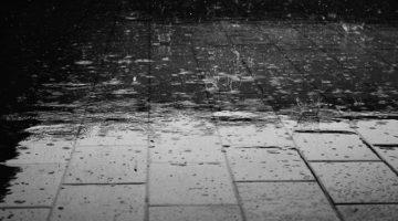 비 오는 날 어른거리는 어느 소방대원의 등