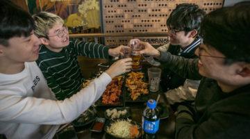 """""""한국인들은 탄핵을 기념해 치킨을 먹는다"""""""
