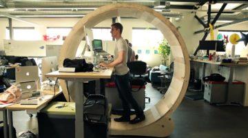 운동이 부족한 현대인을 위한 책상?
