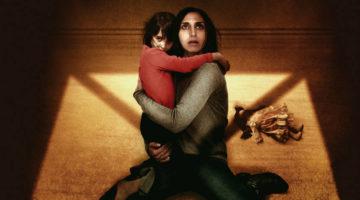 '어둠의 여인': 겹겹이 쌓인 사회적 맥락의 공포