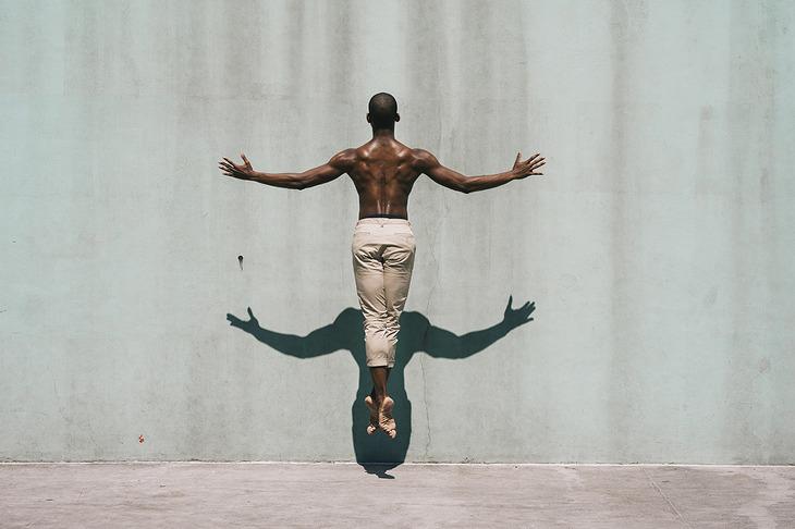 댄서, 지붕 밖으로 탈출하다: 멜리카 데즈의 자유로운 사진