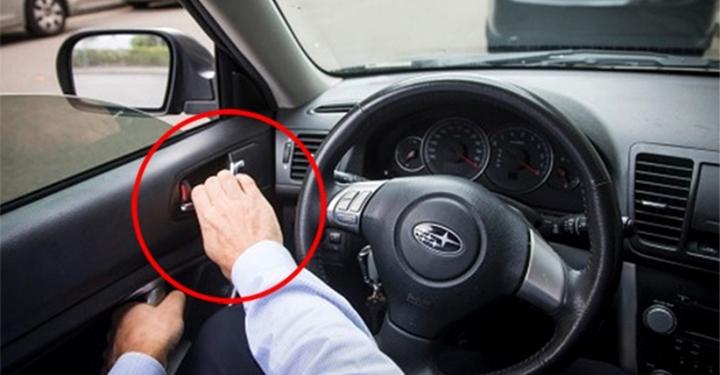 네덜란드 운전자들이 반드시 오른손으로 자동차 문을 여는 이유