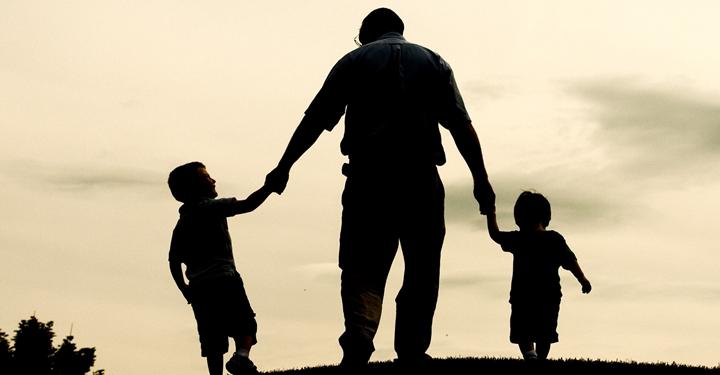 40대 남자의 불안: 아버지는 강하다, 그리고 세상은 더 강하다