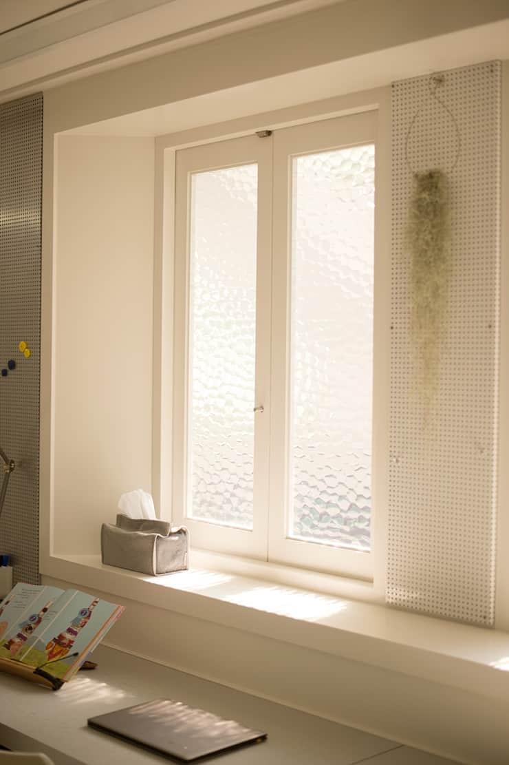 가족의 행복한 추억을 담다_분당 복층아파트 리모델링: (주)바오미다의 창문