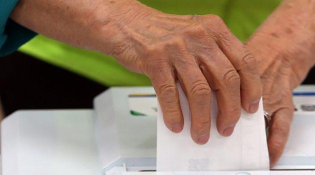 겨우 눈만 뜬 어른이 들어왔고, 늙은 아들이 투표를 거들었다