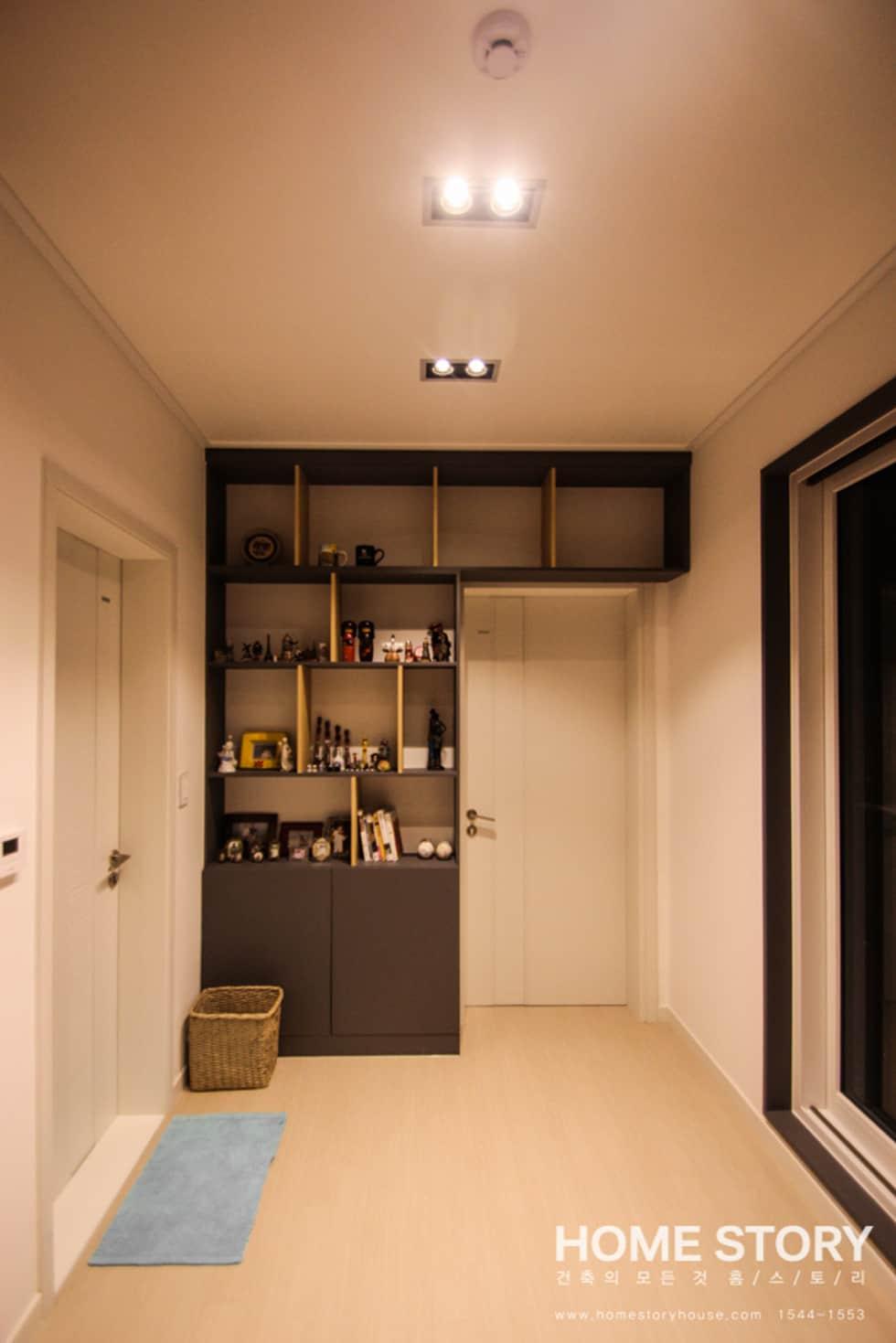 [포항주택] 도심 속 모던 ALC주택, 포항 테라스 하우스 Terrace House: (주)홈스토리의 복도 & 현관