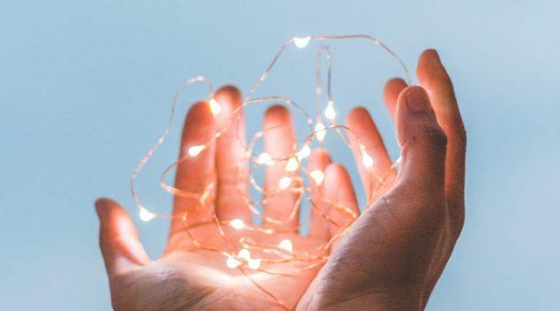 어둠 속에서 불빛을 발견할 힘은 어디에 있을까?