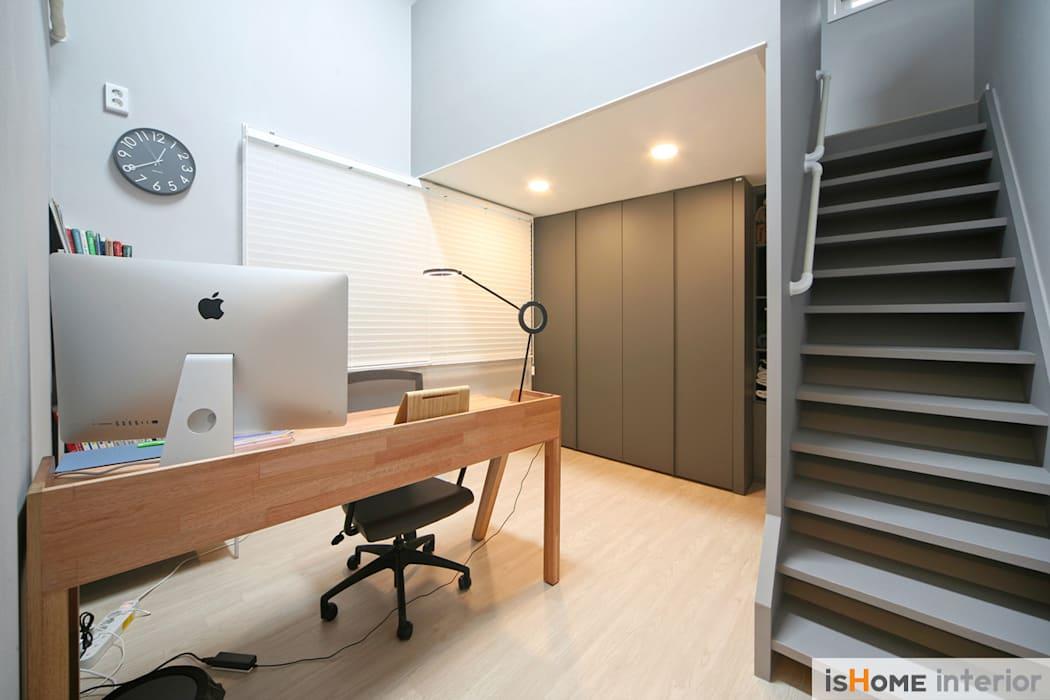 화이트 그레이 모던하고 심플한 복층 주택 인테리어: 이즈홈의 서재 & 사무실