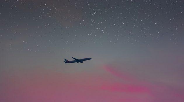 장거리 비행에 대처하는 가난한 여행자의 자세