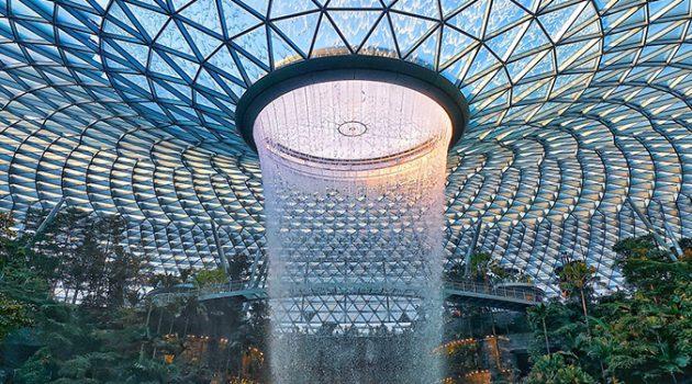 숲속에 공항이? 세계에서 가장 높은 폭포가 있는 '싱가포르 창이 공항'