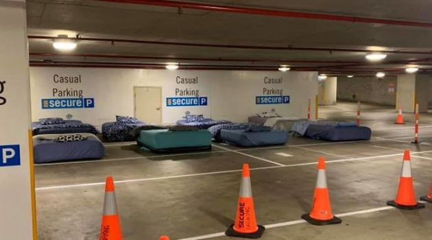 침대 주차장? 노숙자 쉼터로 변신한 호주의 주차장