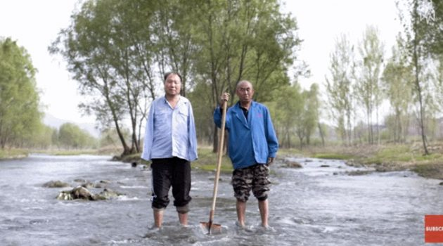 손을 쓸 수 없는, 앞을 볼 수 없는 두 친구가 심은 10,000그루의 나무