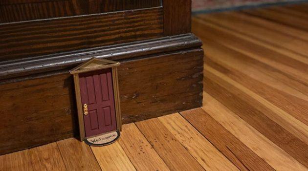 벽에 있는 작은 문을 열면, 새로운 세상이 열려요