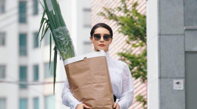 영화 속 쇼핑 장면에서 갈색 봉투 속에 든 게 정말 파일까?