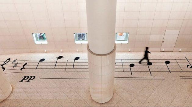 공연장 바닥을 장식한 악보: 음표 위에 서 주세요!