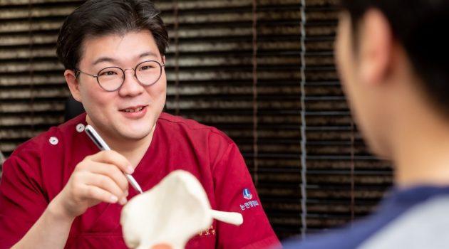 정형외과 전문의가 말하는 사무직이 아플 수밖에 없는 이유와 대처법 : 논현정형외과 김도연 원장님 인터뷰